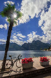 Bicyclette et le lac image stock