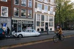 Bicyclette et oldtimer à Amsterdam photos libres de droits