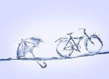 Bicyclette et parapluie de l'eau bleue Photographie stock libre de droits