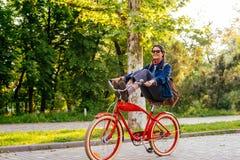 Bicyclette femelle d'équitation Photographie stock