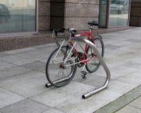 Bicyclette garée sur la rue de ville Image libre de droits