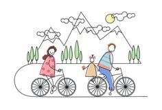Bicyclette heureuse d'équitation de famille, vélos au-dessus des montagnes, parents avec l'enfant Photo libre de droits