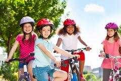 Bicyclette heureuse d'équitation de garçon avec des amis en été Photos libres de droits