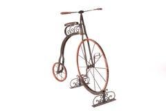 Bicyclette historique de haut-roue sur un fond blanc Photo libre de droits