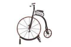 Bicyclette historique de haut-roue sur un fond blanc Photos libres de droits