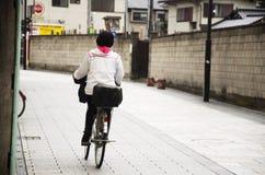 Bicyclette japonaise d'équitation de femme sur la route dans Saitama, Japon Images libres de droits