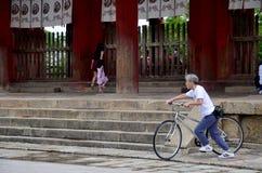 Bicyclette japonaise d'équitation de vieil homme au temple de Todai-JI Photographie stock libre de droits