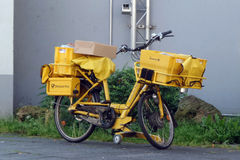 Bicyclette jaune d'un facteur Photo stock