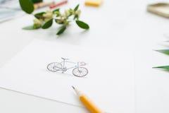 Bicyclette mignonne colorée sur la carte de voeux, l'espace libre Image stock