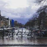 Bicyclette néerlandaise de vue de canal d'Amsterdam Photos libres de droits