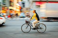 Bicyclette non identifiée d'équitation de vieil homme chez Ameya Yokocho la zone d'atelier célèbre du secteur d'Ueno, Tokyo Photographie stock