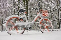 Bicyclette orange dans la neige image libre de droits