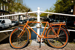 Bicyclette orange - Leyde - Pays-Bas photos libres de droits
