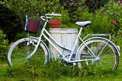 Bicyclette ou vélo blanche comme décoration de jardin Image libre de droits