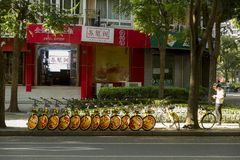 Bicyclette-partageant à Changhaï, la Chine Photos libres de droits