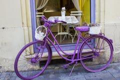 Bicyclette peinte par pourpre de style de vintage dans la rue de Vienne Photos libres de droits