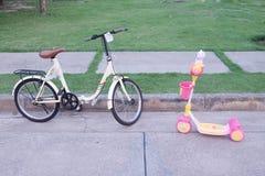Bicyclette pour des enfants dehors photos stock