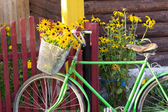 Bicyclette près de la barrière image stock