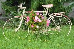 Bicyclette repérée avec des fleurs photographie stock libre de droits