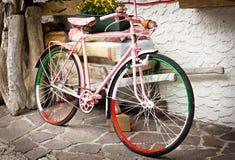 Bicyclette rose de visite de l'Italie photo libre de droits