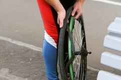 Bicyclette, roue, appareil-photo, pneu, réparation, roue, difficulté, joint, changement image stock