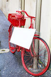 Bicyclette rouge avec l'affiche vide blanche Images libres de droits