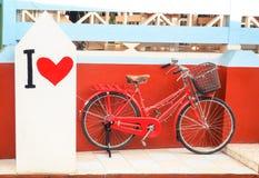 Bicyclette rouge de vintage avec la peinture d'amour d'I Photo libre de droits