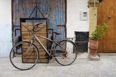 Bicyclette rouillée sur une rue de la Médina Images stock