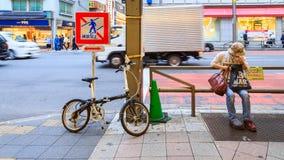 Bicyclette se garante de personnes chez Ameya Yokocho la zone d'atelier célèbre du secteur d'Ueno, Tokyo Photographie stock libre de droits