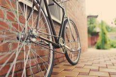 Bicyclette singlespeed par style ancien contre le mur de briques photo libre de droits