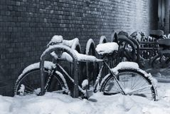 Bicyclette Snow-covered Photo libre de droits