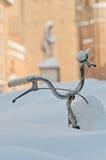 Bicyclette submergée dans la neige Images stock