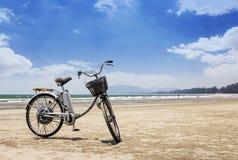 Bicyclette sur la plage Image libre de droits