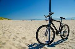 Bicyclette sur la plage jaune arénacée, broche de Curonian, mer baltique, Lithua photo libre de droits