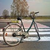 Bicyclette sur la route contre le beau ciel photos libres de droits