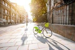 Bicyclette sur la rue à Paris photographie stock