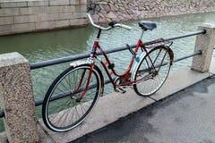 Bicyclette sur la rue de ville Images stock