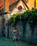 Bicyclette sur le fond des maisons médiévales image libre de droits