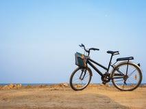 Bicyclette sur le paysage de bord de la mer de plage Photo libre de droits