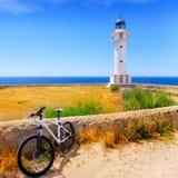 Bicyclette sur le phare baléar de Formentera Barbaria Photographie stock libre de droits