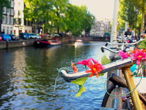 Bicyclette sur un canal d'Amsterdam photos libres de droits