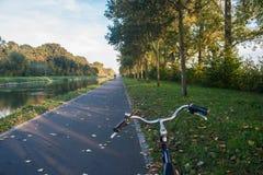 Bicyclette sur un chemin avec le feuillage d'automne photo stock
