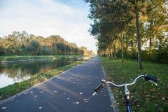 Bicyclette sur un chemin avec le feuillage d'automne images libres de droits