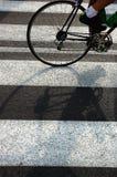 Bicyclette sur un passage clouté Image libre de droits