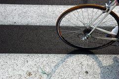 Bicyclette sur un passage clouté Images libres de droits
