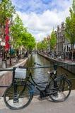 Bicyclette sur un pont à Amsterdam Photo libre de droits