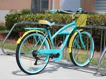 Bicyclette tropicale une école image stock