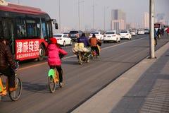 Bicyclette urbaine de transport en commun sur la route Photographie stock