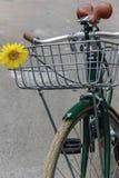 Bicyclette verte avec la fleur jaune Images libres de droits