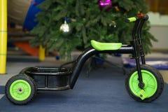 Bicyclette verte d'enfants Photo stock